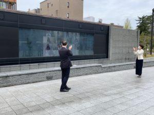 山野市長、永井事務局長拍手写真